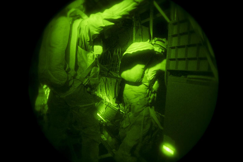 Saut nocturne du 2e REP (Régiment étranger de parachutistes) au-dessus de la passe de Salvador.