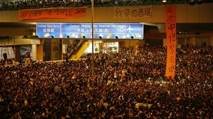 9月29日晚,香港成千上万的示威者继续抗议。