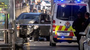 Polisi wakiwa wamesimama mbele ya gari ambalo lilitumika kuwagonga waenda kwa miguu mjini Melbourne, Australia. 21 Desemba 2017