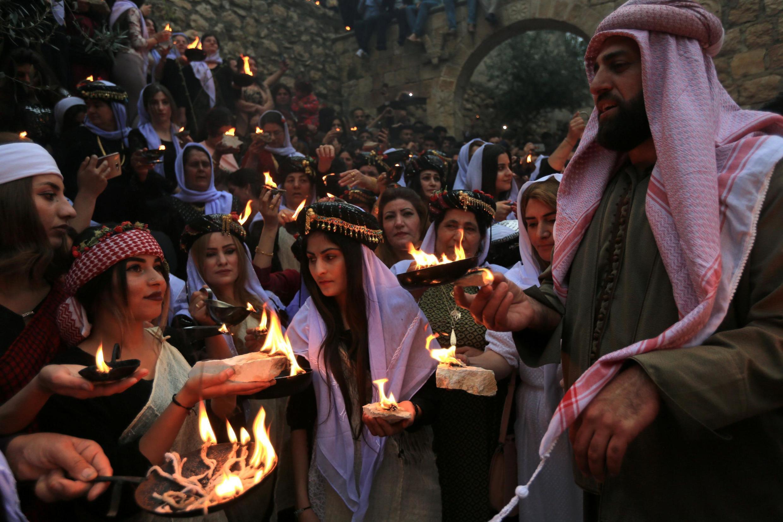 En Irak, les Yézidis allument des bougies et des lampes à pétrole lors d'une cérémonie célébrant le Nouvel An au temple Lalesh, dans la province de Duhok, le 16 avril 2019.