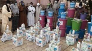 Distribution de produits désinfectants, de savons et de seaux.