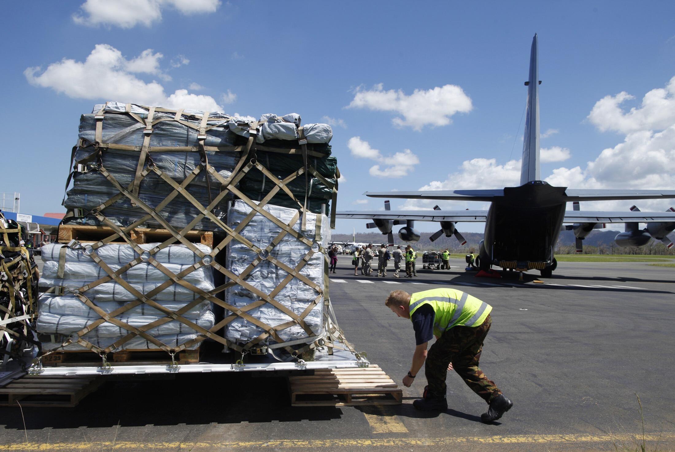 瓦努阿圖的救災工作 2015年3月18日維拉港 L'aide internationale à destination du Vanuatu sinistré par le cyclone PAM s'organise, notamment en provenance d'Australie ou de Nouvelle-Zélande comme cet avion cargo sur l'aéroport de Port-Vila mercredi 18 mars.