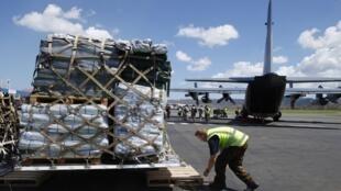 瓦努阿图的救灾工作 2015年3月18日维拉港 L'aide internationale à destination du Vanuatu sinistré par le cyclone PAM s'organise, notamment en provenance d'Australie ou de Nouvelle-Zélande comme cet avion cargo sur l'aéroport de Port-Vila mercredi 18 mars.