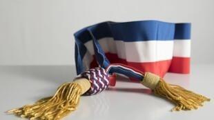 Une écharpe officielle de maire.