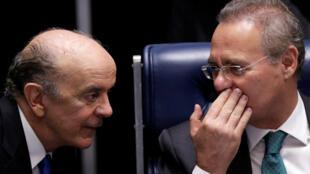 Le président du Sénat, Renan Calheiros (D) en discussion avec son homologue Jose Serra pendant le vote de destitution de la présidente Dilma Roussef, mercredi 11 mai 2016.