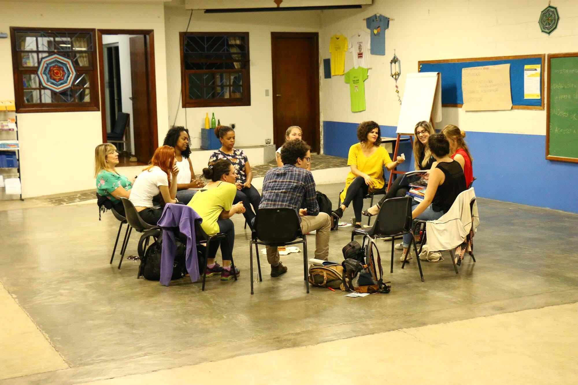 Dans la banlieue de Sao Paulo, des cercles de dialogue sont organisés chaque semaine avec les familles du quartier pour résoudre les conflits. Une avocate s'est même formée à la médiation restaurative.