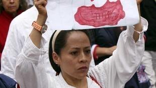 Una mujer sostiene un cartel contra la violencia en Ciudad de México durante una manifestación, el 31 de mayo de 2015.