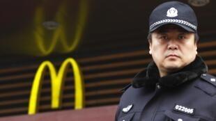 2011年2月20日,北京警察在王府井麦当劳店门口监督聚会民众。