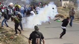 Des heurts opposent des manifestants palestiniens et israéliens de gauche à la police israélienne, près d'une colonie de peuplement de Cisjordanie, le 16 décembre 2011.
