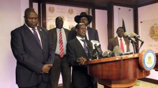Le deuxième vice-président du Soudan du Sud, James Wani Igga (au centre), accompagné par le président Salva Kiir (à droite) et son vice-président Riek Machar (à gauche), lors d'une conférence de presse au palais présidentiel de Juba, le 8 juillet 2016.