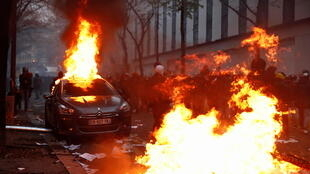 Reuters protesta incendio carro Paris 5 dec