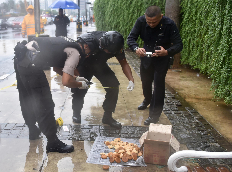 Cảnh sát Indonesia xem xét một thùng nghi có đựng bom, thật ra là thùng đựng bánh, tại Jakarta ngày 04/02/2016