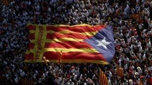 Les partisans de l'indépendance catalane portent un «estelada» géant (le drapeau séparatiste catalan) lors de la manifestation organisée à Barcelone le 11 septembre 2015.