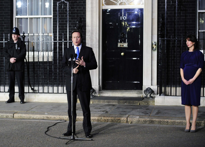 Le nouveau Premier ministre britannique David Cameron, accompagné de son épouse Samantha, prononce un discours devant le 10 Downing Street à Londres, le 11 mai 2010.