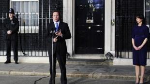 El nuevo Primer ministro británico David Cameron, acompañado por su esposa Samantha, pronuncia un discurso ante el 10 Downing Street en Londres, el 11 de mayo de 2010.