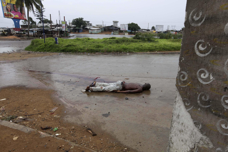 Une victime des combats entre soldats fidèles au président sortant Laurent Gbagbo et partisans d' Alassane Ouattara, dans le quartier d'Abobo à Abidjan, le 23 février 2011.