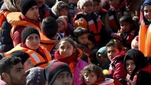 Un groupe de migrants et de réfugiés à bord d'un canot, lors d'une opération de sauvetage entre la Turquie et l'île de Lesbos, en Grèce, le 8 février 2016.