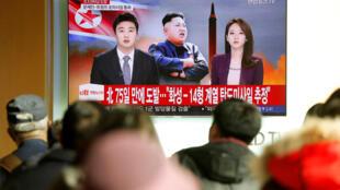 朝鲜电视台播放该国发射弹道导弹消息画面 2017年11月29日