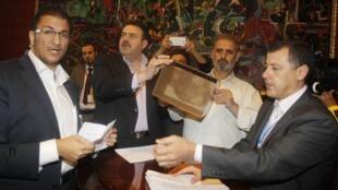 Des membres du Conseil national syrien, lors du dépouillement du scrutin désignant leur comité exécutif de onze membres, à Doha, le 9 novembre 2012.