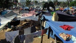 Des rescapés du tremblement de terre vivent depuis deux ans sous ces tentes de fortune, sur la place du Champ de Mars, en face du palais présidentiel à Port-au-Prince.