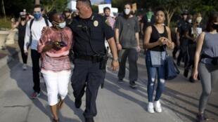 Le chef de la police de Houston, Art Acevedo marche aux cotés des manifestants, le 30 mai 2020.