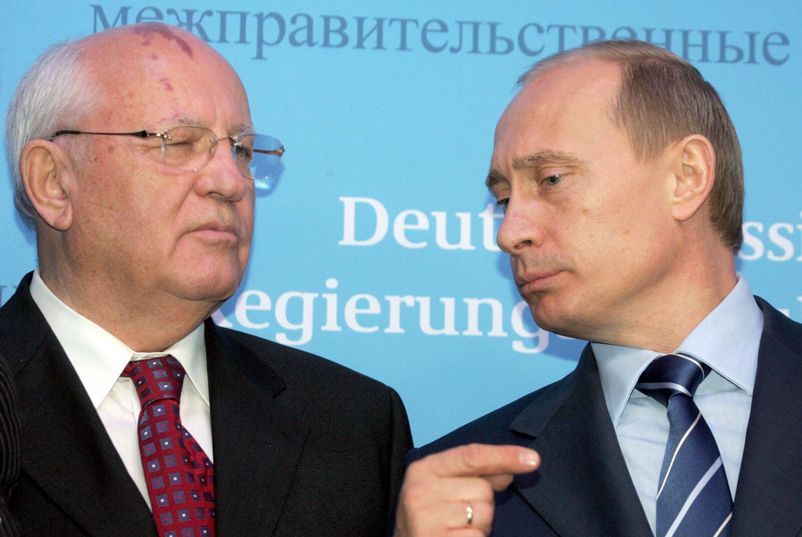 លោក Mikhaïl Gorbatchev និង Vladimir Poutine ក្នុងសន្និសីទកាសែត កាលពីឆ្នាំ២០០៤