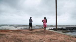 Des Guadeloupéens regardent l'océan à Basse-Terre le 18 septembre 2017 à l'approche de l'ouragan Maria.