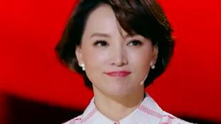 """图为中国央视主持人董卿在主持""""开学第一课""""。"""