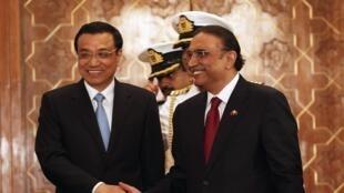 Le Premier ministre chinois Li Keqiang (G) et le président pakistanais Ali Asif Zardari, le 22 mai 2013 à Islamabad.