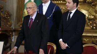 Matteo Renzi (à dir.) ao lado do presidente italiano Girogio Napolitano durante cerimônia de juramento no Palácio Quirinale, em Roma.
