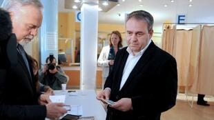 Xavier Bertrand, lors du vote au premier tour des élections législatives, à Saint-Quentin, le 10 juin 2012.