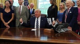 Le président américain Donald Trump, en compagnie des membres de l'équipage Apollo 11 Buzz Aldrin et Michael Collins, le 19 juillet 2019 à Washington.