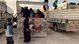 Punto de encuentro en la provincia de Deir ez-Zor de civiles y familias de yihadistas que huyen de los combates