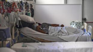 (ARCHIVOS) En esta foto de archivo tomada el 01 de julio de 2020 un paciente infectado con el nuevo coronavirus permanece en el Hospital Público Doctor Alberto Antranik Eurnekian de Ezeiza, en las afueras de Buenos Aires.