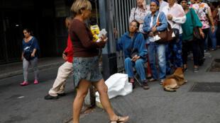 Venezuelanos enfrentam filas gigantescas para comprar farinha e açúcar nos supermercados de Caracas.