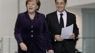 A chanceler alemã Angela Merkel e o presidente francês Nicolas Sarkozy , os dois principais líderes da Zona do Euro, durante coletiva de imprensa após o encontro desta segunda-feira em Berlim.