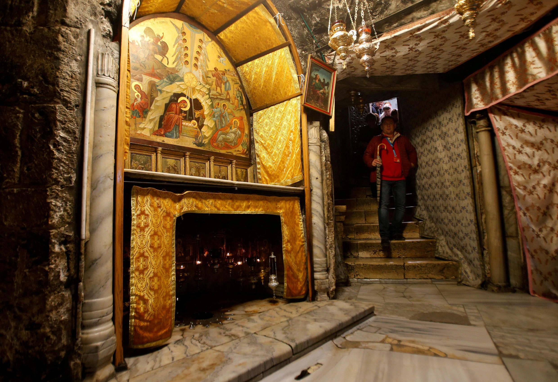 El interior de la Iglesia de la Natividad en Belén, Cisjordania.