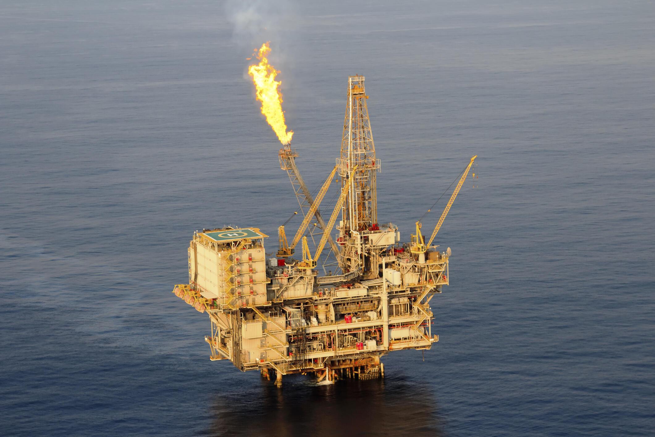 Une plateforme offshore d'exploitation de pétrole.