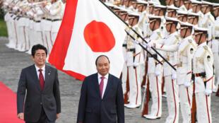 Thủ tướng Nhật Shinzo Abe (T) đón đồng nhiệm Việt Nam Nguyễn Xuân Phúc, ngày 06/06/2017, tại Tokyo