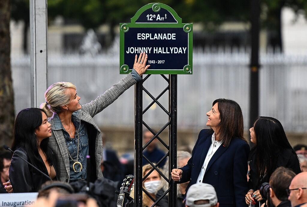 Площади (эспланаде) перед спортивно-концертным комплексом в квартале Берси торжественно присвоено имя музыканта — Esplanade Johnny Hallyday
