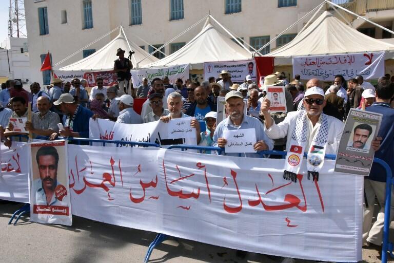 Des manifestants, portant le portrait de Kamel Matmati, sont venus montrer leurs attentes vis-à-vis de l'IVD à l'ouverture de l'instruction du cas Kamel Matmati, le 29 mai 2018 à Gabès.
