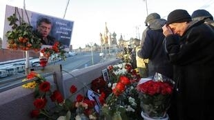 Người dân Matxcơva đến đặt hoa, và tưởng niệm tại nơi nhà đối lập Boris Nemtsov bị ám sát  ngày 27/02/2015.. Ảnh chụp ngày 27/02/2016