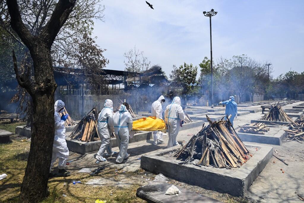 Những giàn hỏa thiêu lộ thiên các nạn nhân của Covid-19.