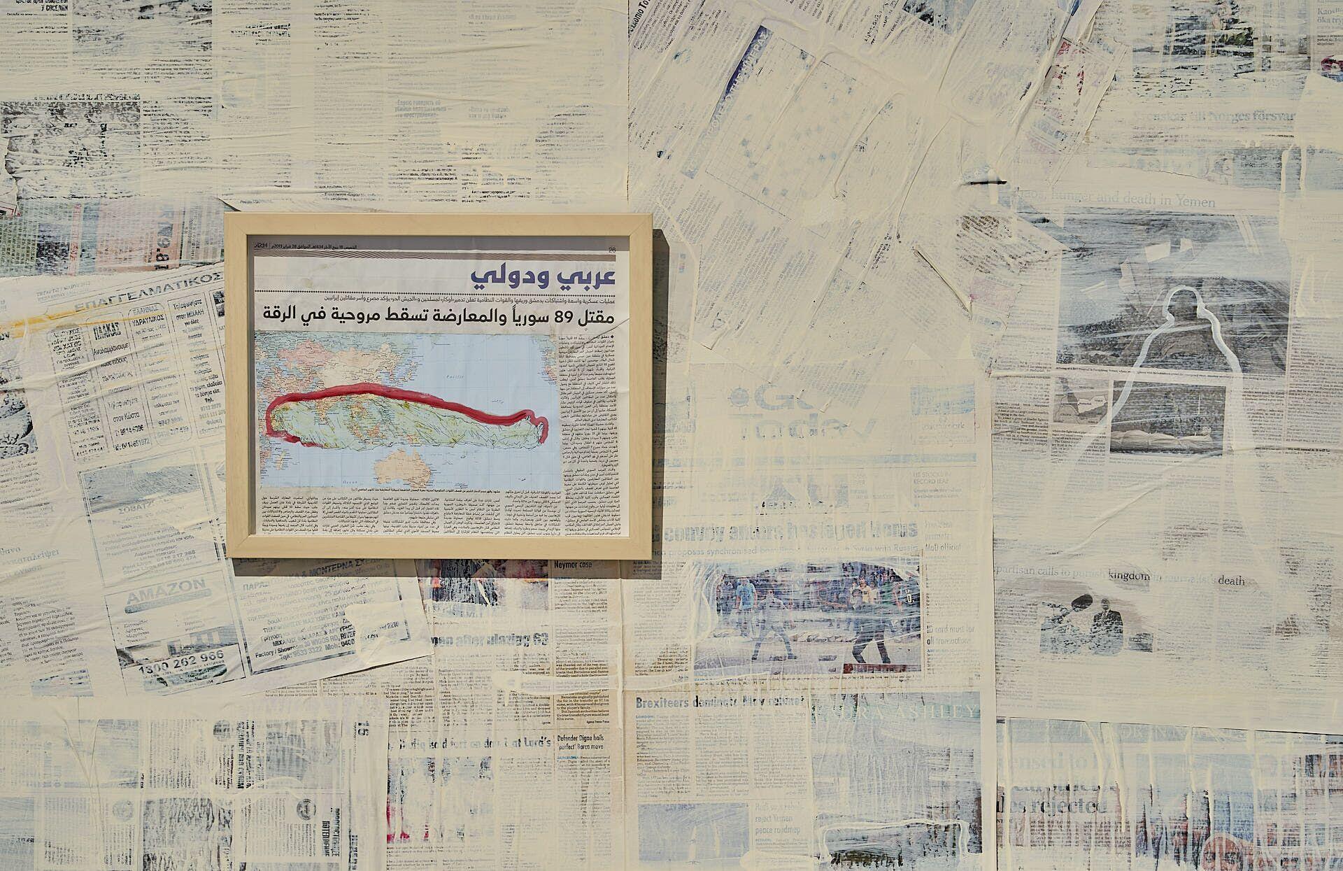 """از مجموعه """"آویزان""""، 2013-2019، رنگ روغن روی روی روزنامه، عکس از Sam Roberts"""