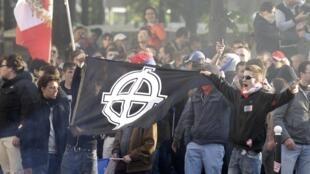 Des jeunes d'extrême droite, en fin de manifestation.
