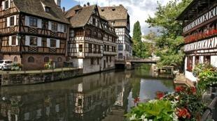 Những ngôi nhà đặc trưng cho kiến trúc của Đức tại Petite France, Strasboug, Pháp.