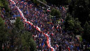 La manifestation à Varsovie ce 7 mai 2016 est l'une des plus importantes manifestations en Pologne depuis la chute du communisme.