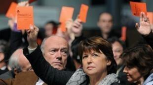 La première secrétaire du Parti socialiste, Martine Aubry participe à l'élection des candidats socialistes, le 12 décembre 2009, lors de la Convention nationale de ratification des listes pour les régionales, à Tours.