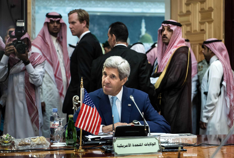 El Secretario de Estado John Kerry en Arabia Saudita, el 11 de septiembre de 2014, a la búsqueda de alianzas en el Medio Oriente para combatir el Estado Islámico.