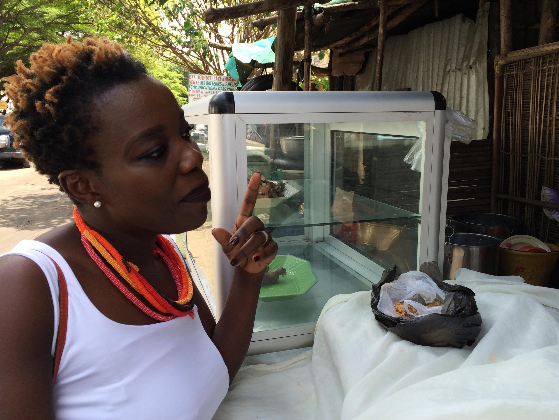 Sandra Idossou, initiatrice de la pétition contre l'utilisation de sacs plastiques pour servir les aliments achetés dans la rue.